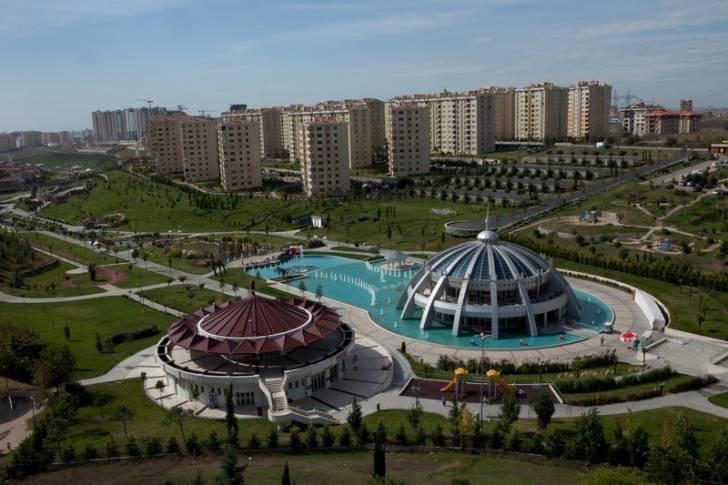 """İstanbul'un """"beyaz muhafazakar"""" kesiminin yerleşim yeri olarak görülen Başakşehir ve sakinlerinin siyasi görüşü"""