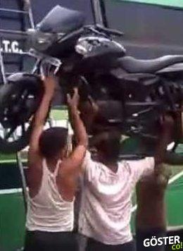 Motorsikleti Kafasının Üstünde Taşıyan Hintli