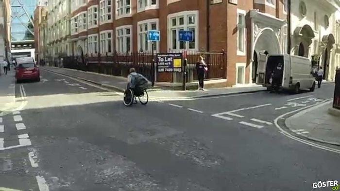 Tekerlekli Sandalyesi ile Londra Metrosuna Kafa Tutan Adam