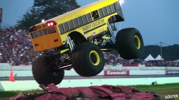 Atlayıp Zıplayan Dev-Canavar Okul Otobüsü