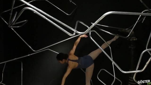 Bu Makine Demirleri Dansçının Müthiş Figürlerine Benzer Şekilde Eğip Büküyor