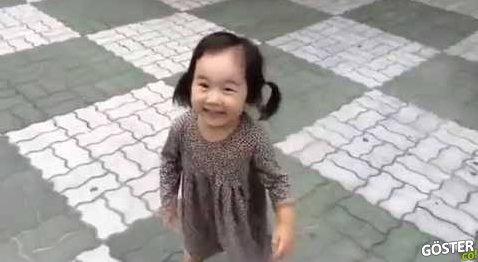 Gıcırtılı Ayakkabıları Ayağındayken Babasına Kızgın Kalamayan Sevimli Kız