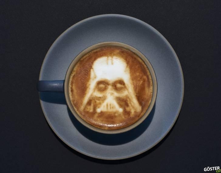Kahve Karıştırma Çubuğu ile Star Wars Jenerik Müziğini Çalan Adam