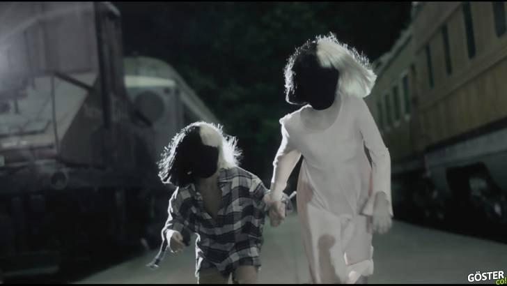 Sia'nın Never Give Up için Hazırladığı Şarkı Sözü Videosu Biraz İç Ürpertiyor