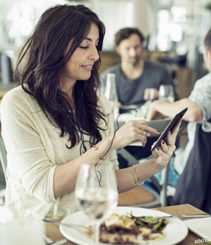 Müşterilerinin 10 Yıl Önceki Video Kayıtlarını İzleyen Restoranın, Akıllı Telefon Kullanımıyla İlgili İnanılmaz Tespitleri