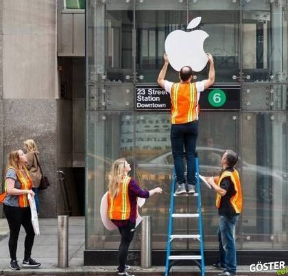 Sahte Apple Store Önünde Metrelerce iPhone Kuyruğuna Girmek