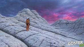 Bilim kurgu filmlerden fırlamış gibi duran mekanlarda astronot kıyafetiyle gezmek