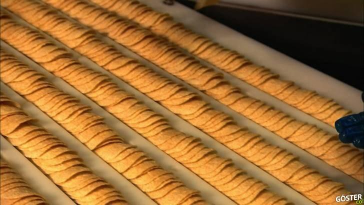 Bayıldığımız Pringles cipslerin birebir aynı boyut ve şekle sahip olmasını sağlayan üretim bandı