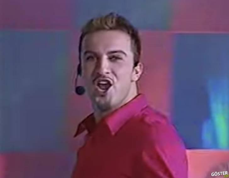 Tarkan'ın 2000'de pembe gömleğiyle Meksika'da TV programına konuk oluşu ve performansı