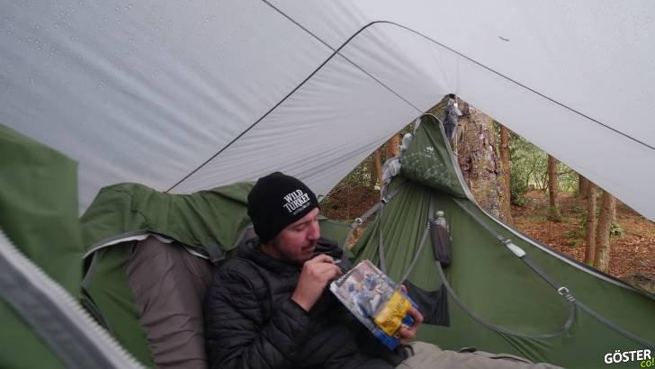 """Yağmurda hamak kampı yapan adamın yaşam mücadelesi ve """"tercih edilmiş"""" kamp hayatının zorlukları"""