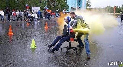Rusya'da ofis sandalyeleri ile birlikte gerçekleştirilen, keyifli bir koşu yarışı