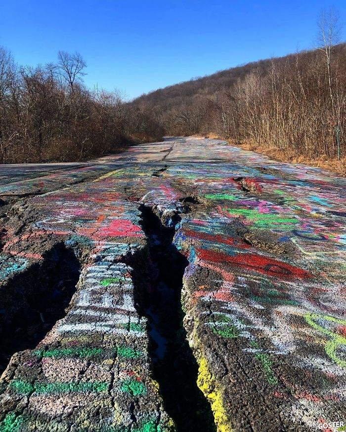 Pensilvanya'daki bu terk edilmiş otoyoldaki grafitiler, bir korku filminden sahne gibi