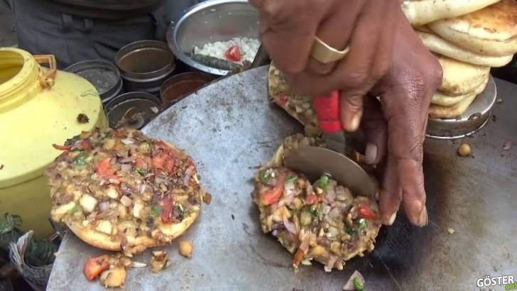 Hindistan sokaklarında, berbat şartlarda hazırlanan ama son hali ağız sulandıran mini pizza