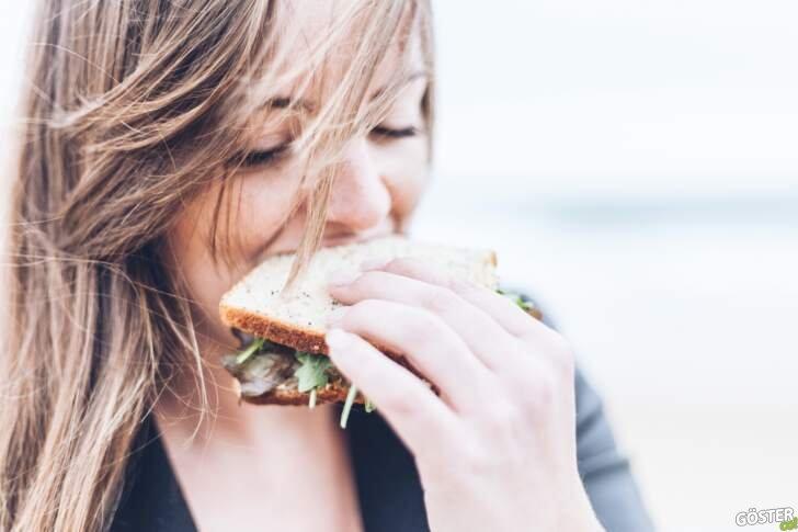 """Bir yeme bozukluğu olan """"bulimiya nervoza"""" tanısı ve hastanın davranışları"""