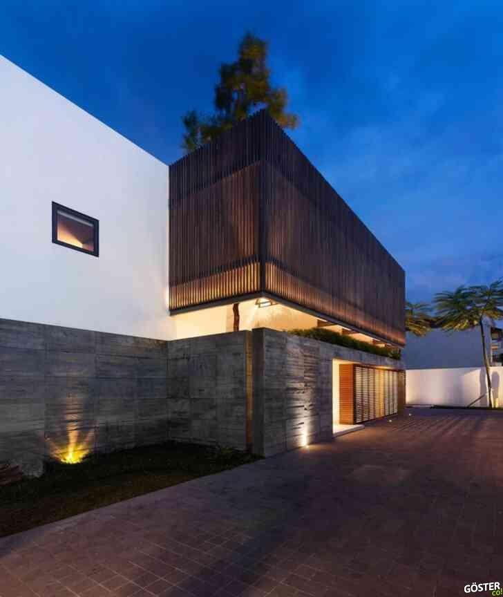 Yarı açık bir veranda etrafına inşa edilen müstakil Endonezya evi